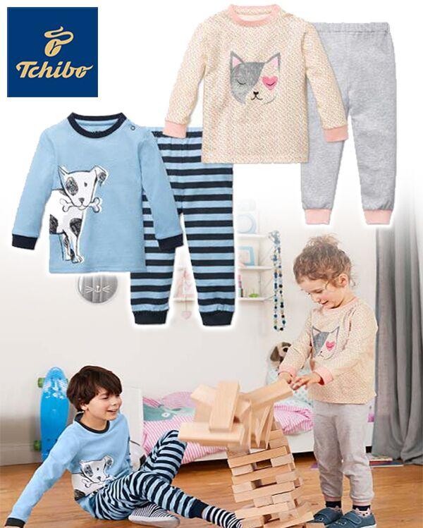 Jungen und Mächen in kuscheligen Pyjaman