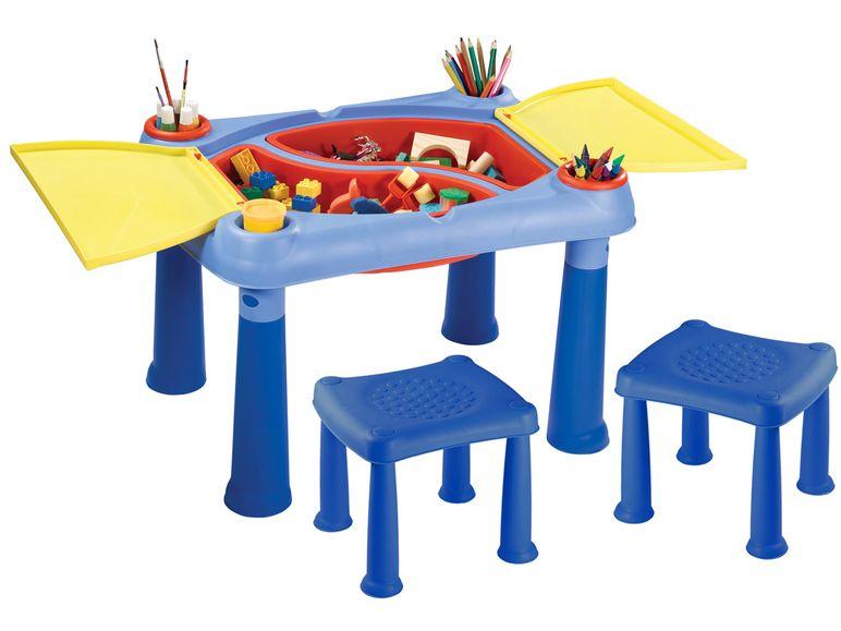 Spieltisch in blau mit Hockern