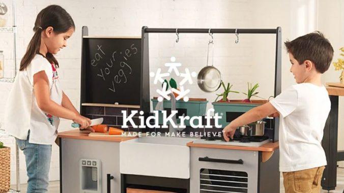 Kinder spielen an Spielküche