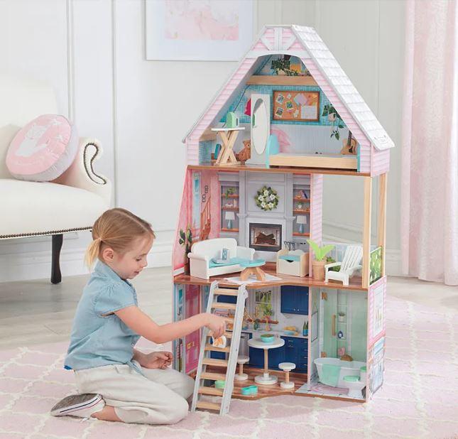 Kind spielt mit XXL Puppenhaus