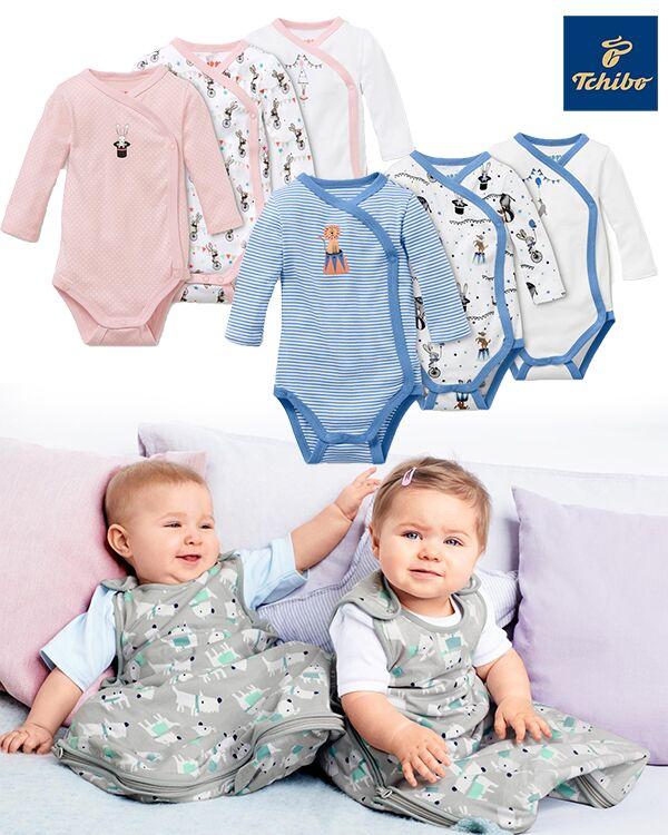 Babys sitzen im Schlafsack