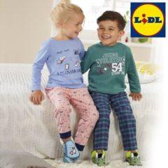 Kinder tragen Schlafanzüge und lachen
