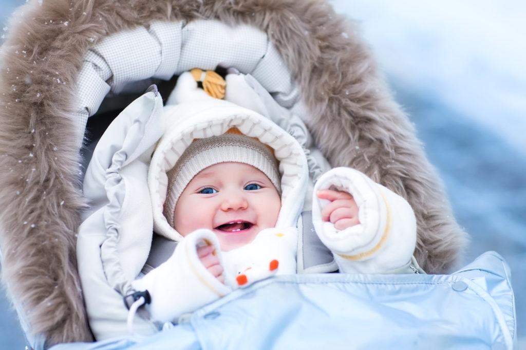 Warm gekleidetes Baby im Winter