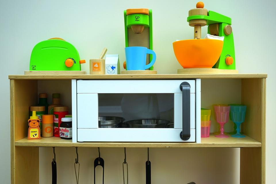 Spieleküche mit Holzspielzeug von Hape