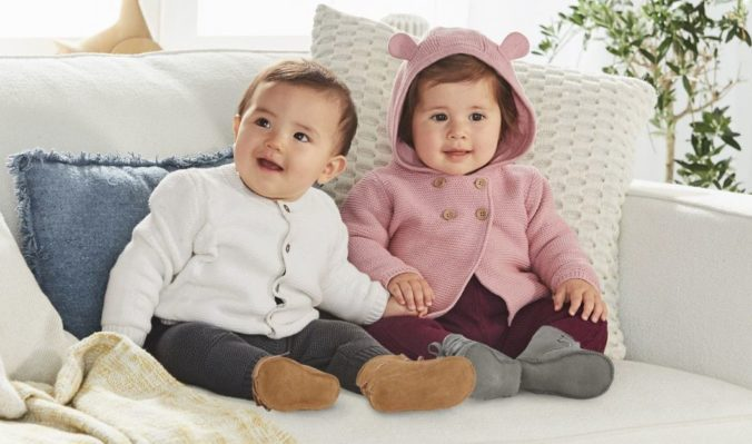 Babies sitzen auf dem Sofa