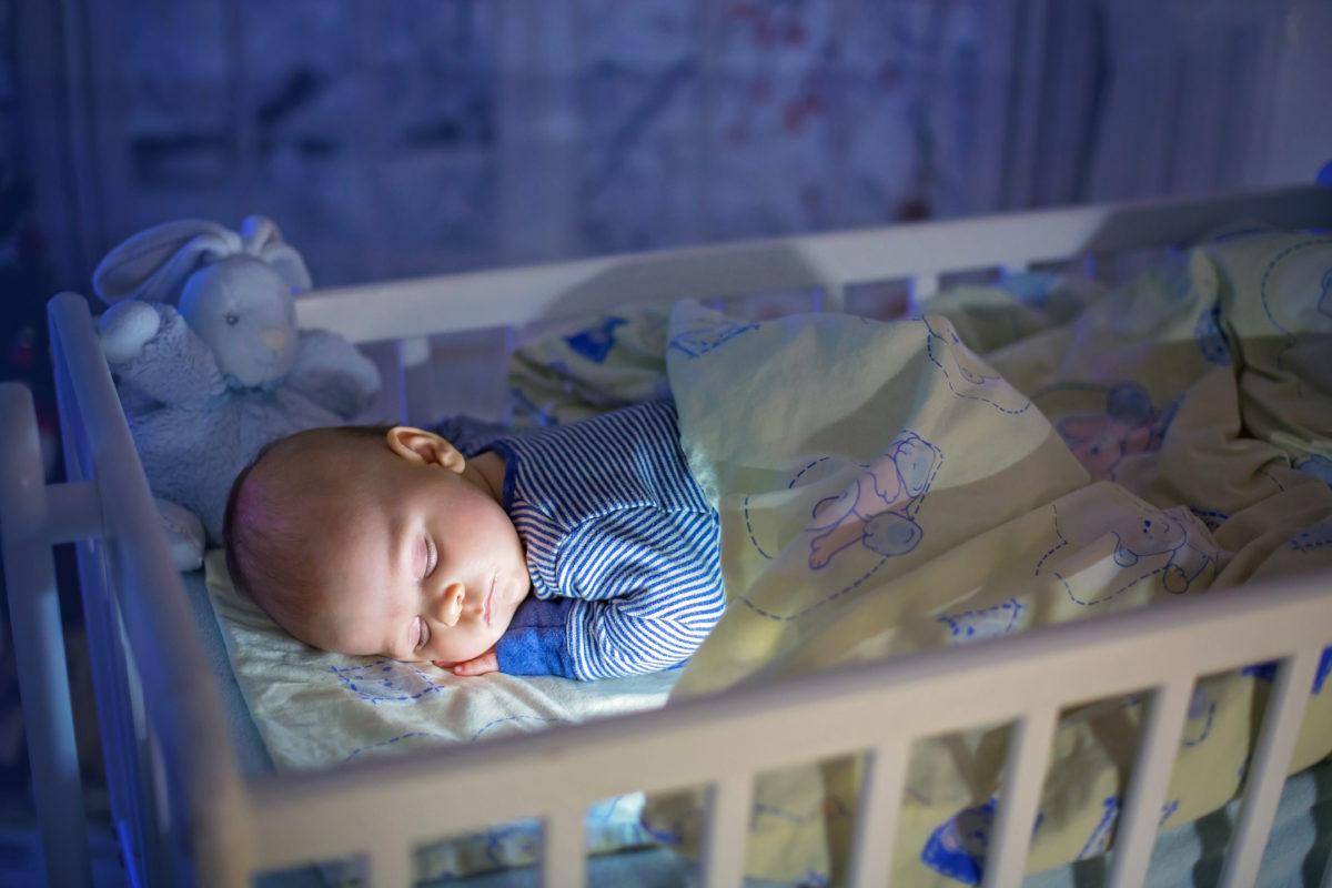 Kind schläft im Winter