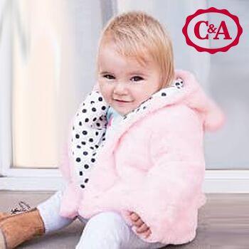 Mädchen trägt rosane Jacke