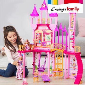Mädchen spielt mit Schloss