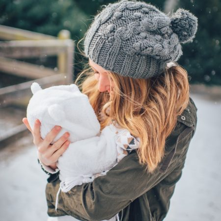 Mutter mit Baby im Winter