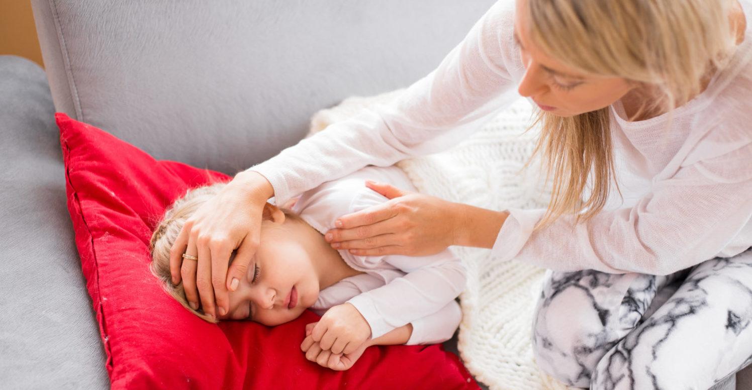 Mutter kümmert sich um ihr krankes Kind
