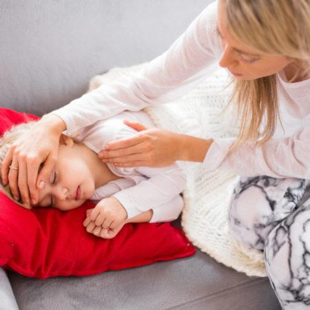 Mutter kümmert sich um krankes Kind
