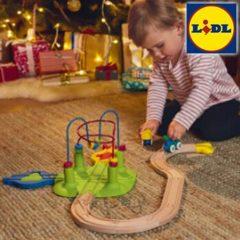 Kleinkind spiel mit Holzeisenbahn