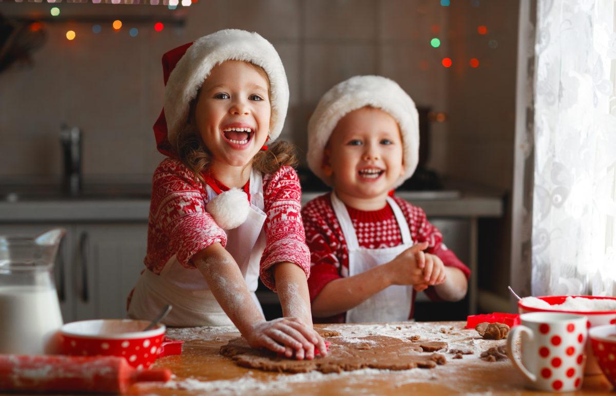 Kinder backen Weihnachtsplätzchen