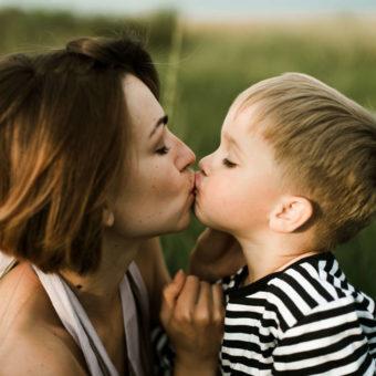 Mami und Sohn geben sich ein Küsschen