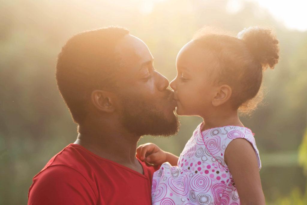 Vater küsst seine Tochter