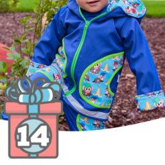 Kind in buntem Regen-Outfit