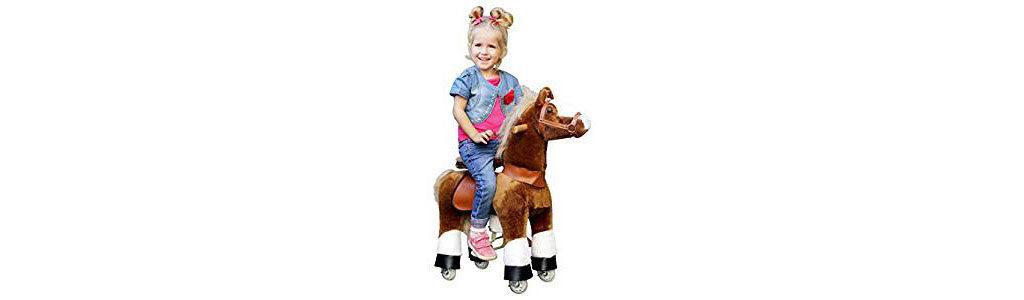 Mädchen auf einem Plüschpferd von Ponycycle