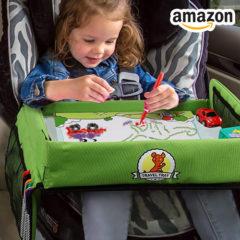 Kind malt am Reisetisch im Auto