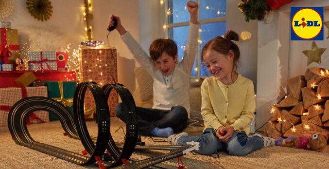 Kinder spielen mit Autorennbahn