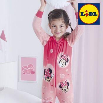Mädchen trägt Minnie maus Schlafanzug
