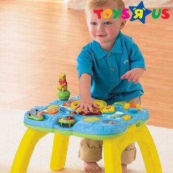 Kind steht am Spieltisch