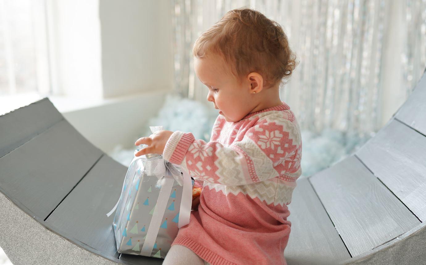 Kleines Mädchen macht Geschenk auf