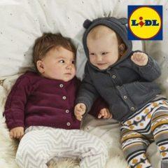 Zwei Babys kuscheln in Strickkleidung