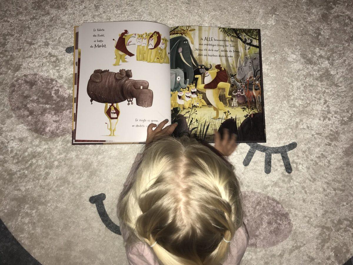 """Kind liest """"Der Löwe in dir"""" Buch"""