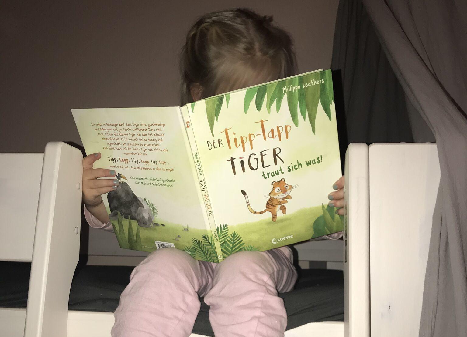 Kind liest den Tipp Tapp Tiger
