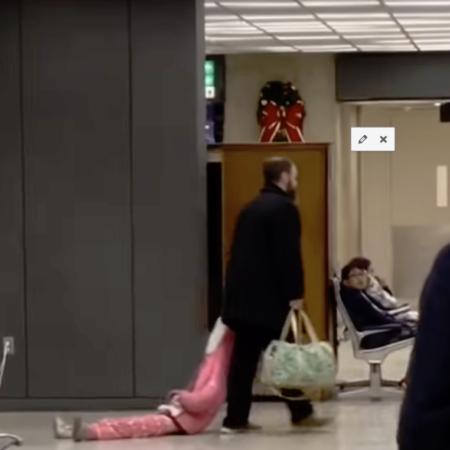 Vater zieht seine Tochter hinterher