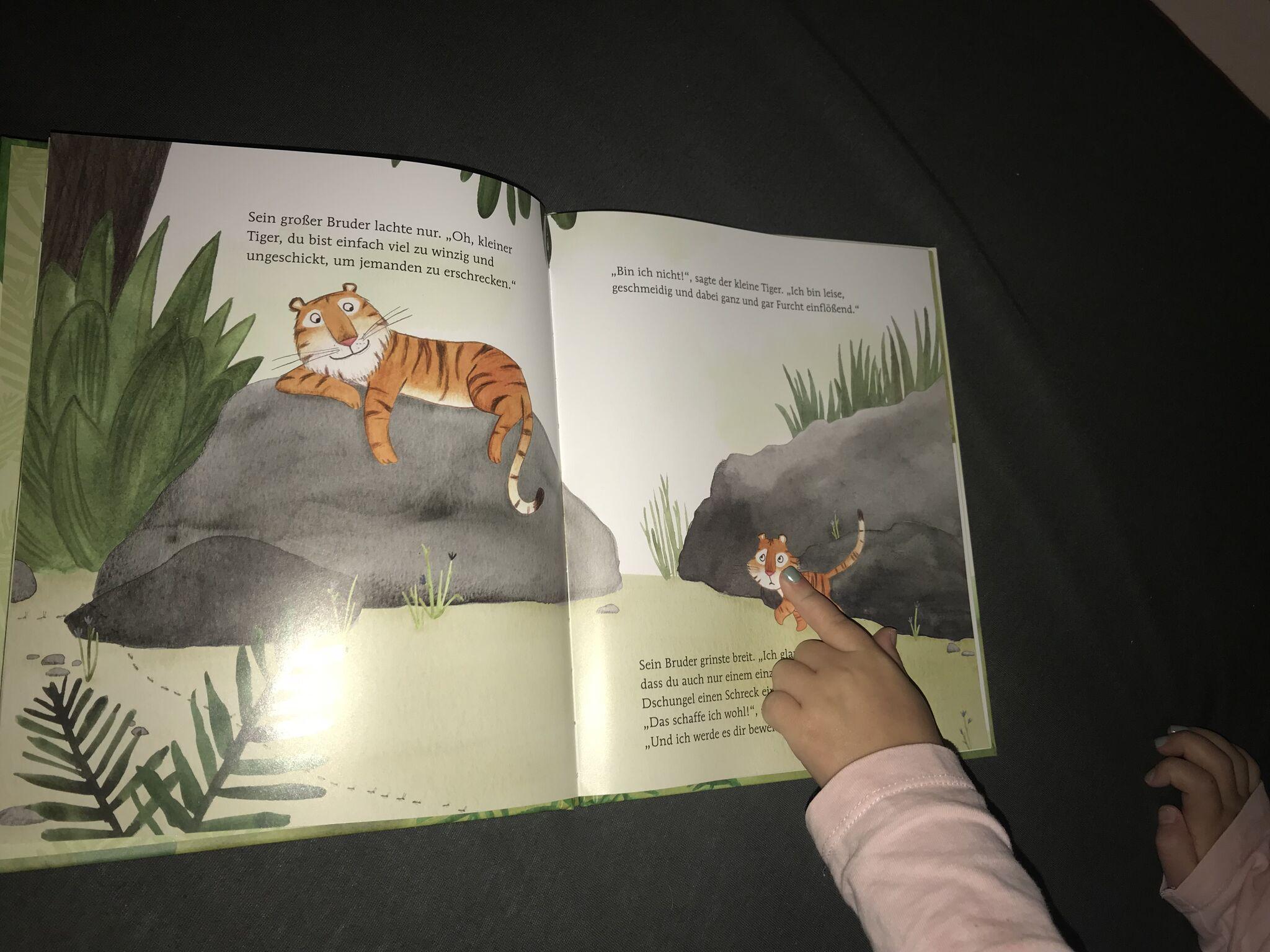 Kind zeigt auf den kleinen Tipp Tapp Tiger