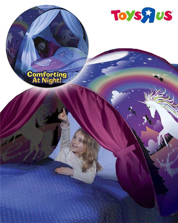 Mädchen liegt unter dem Traumzelt