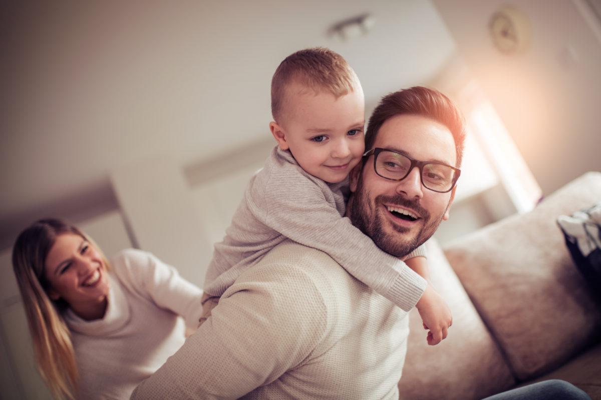 Vater und Mutter spielen mit Kind