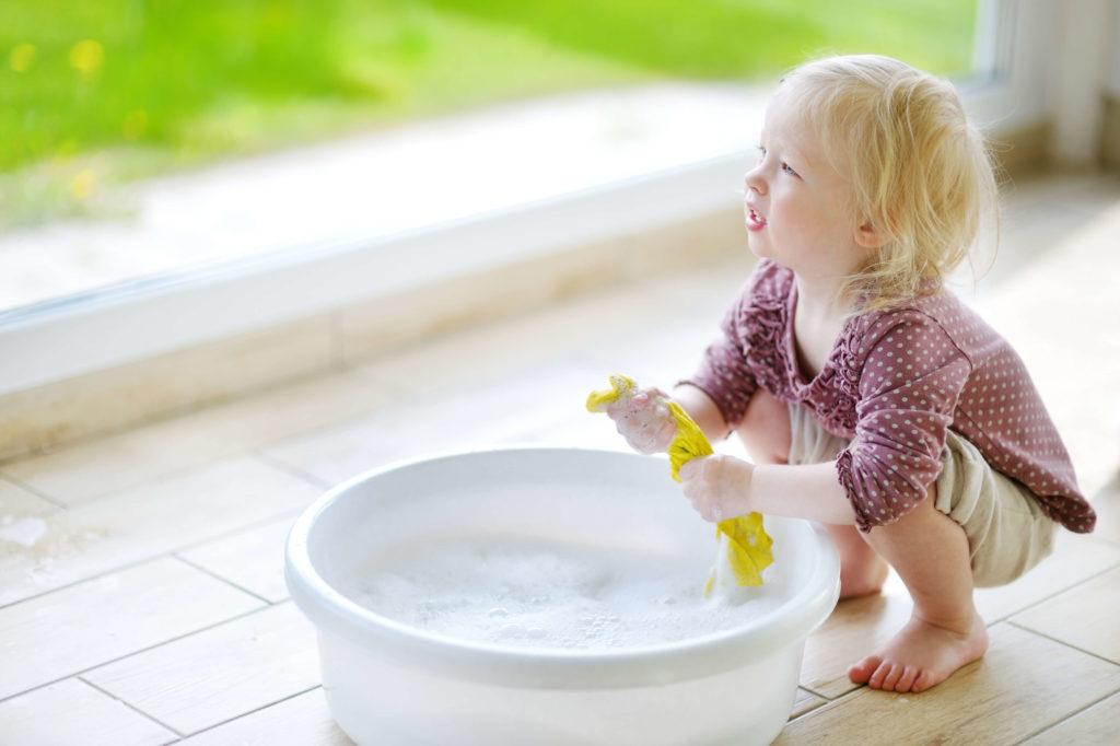Kleines Kind hilft beim Putzen