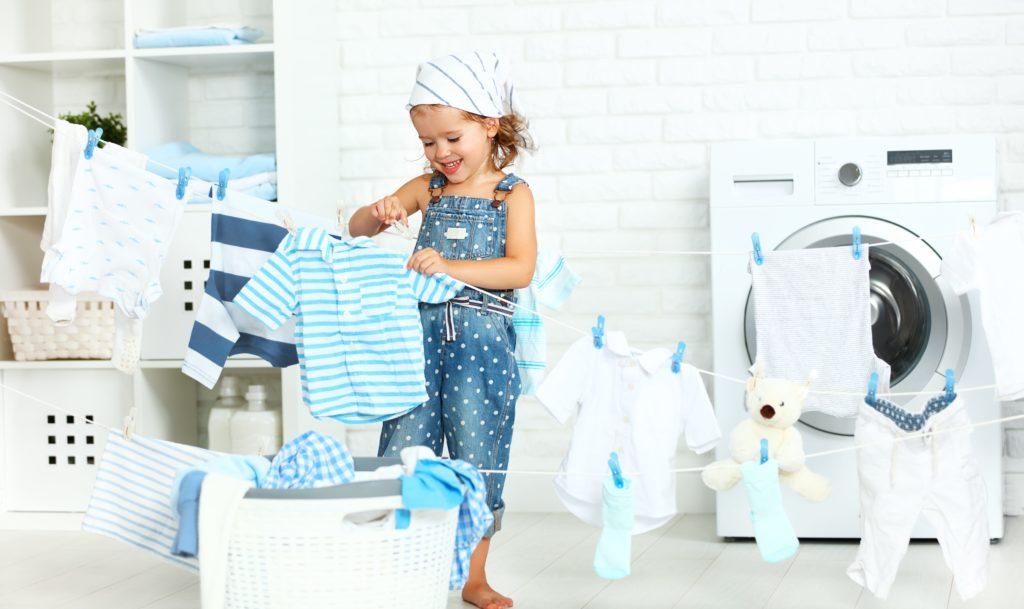 Mädchen hängt Wäsche auf