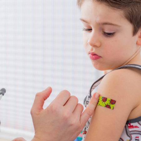 Junge bekommt Pflaster nach dem Impfen