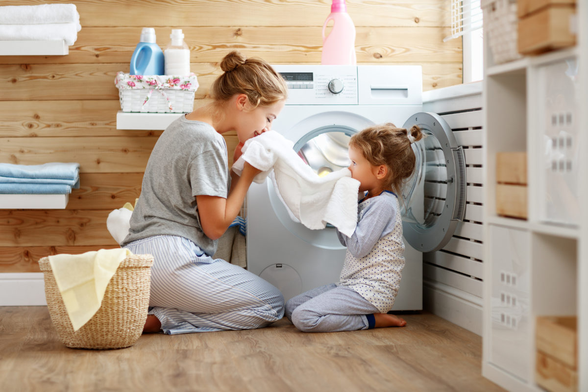 Mutter macht Haushalt mit Tochter