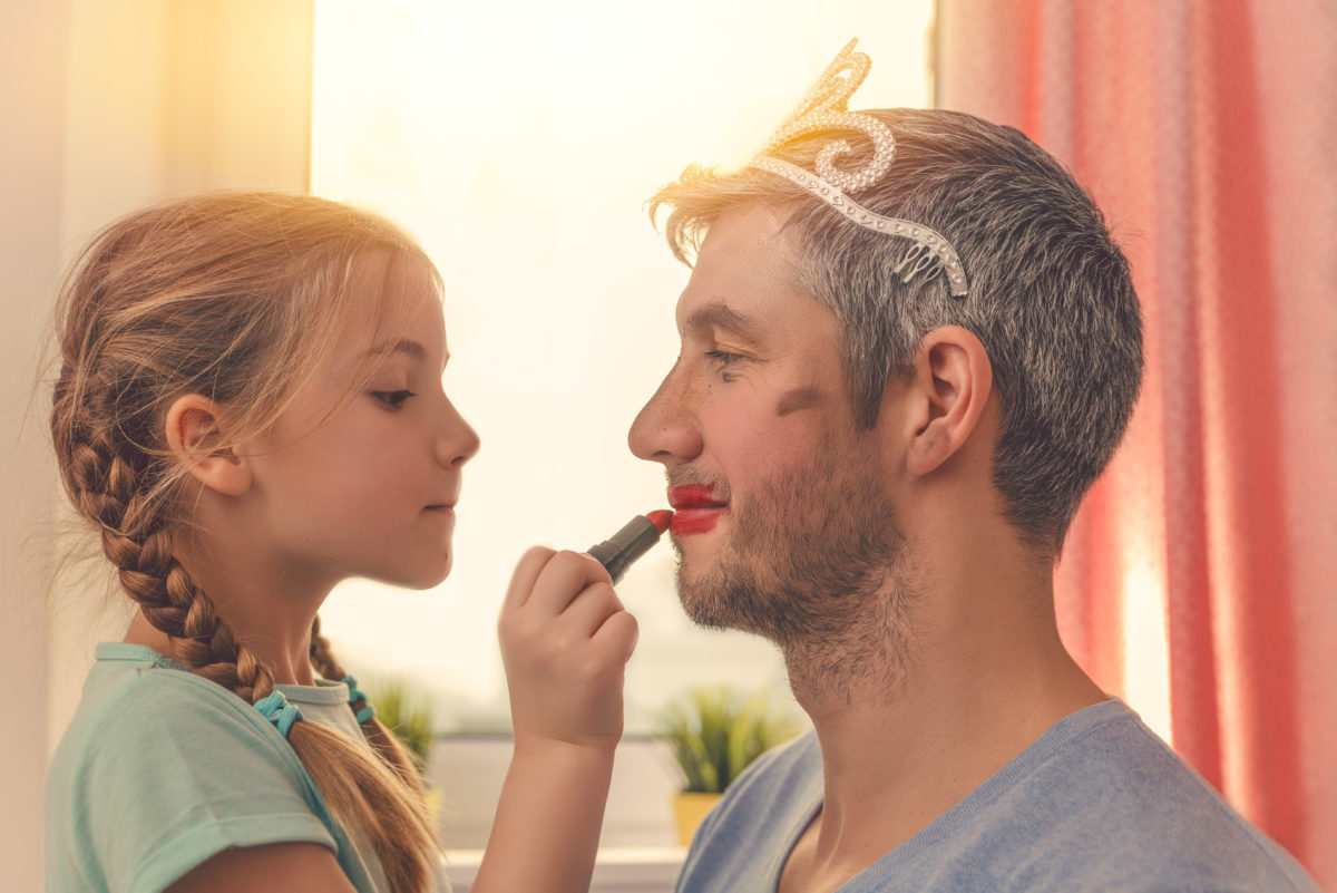 Tochter schminkt Vater