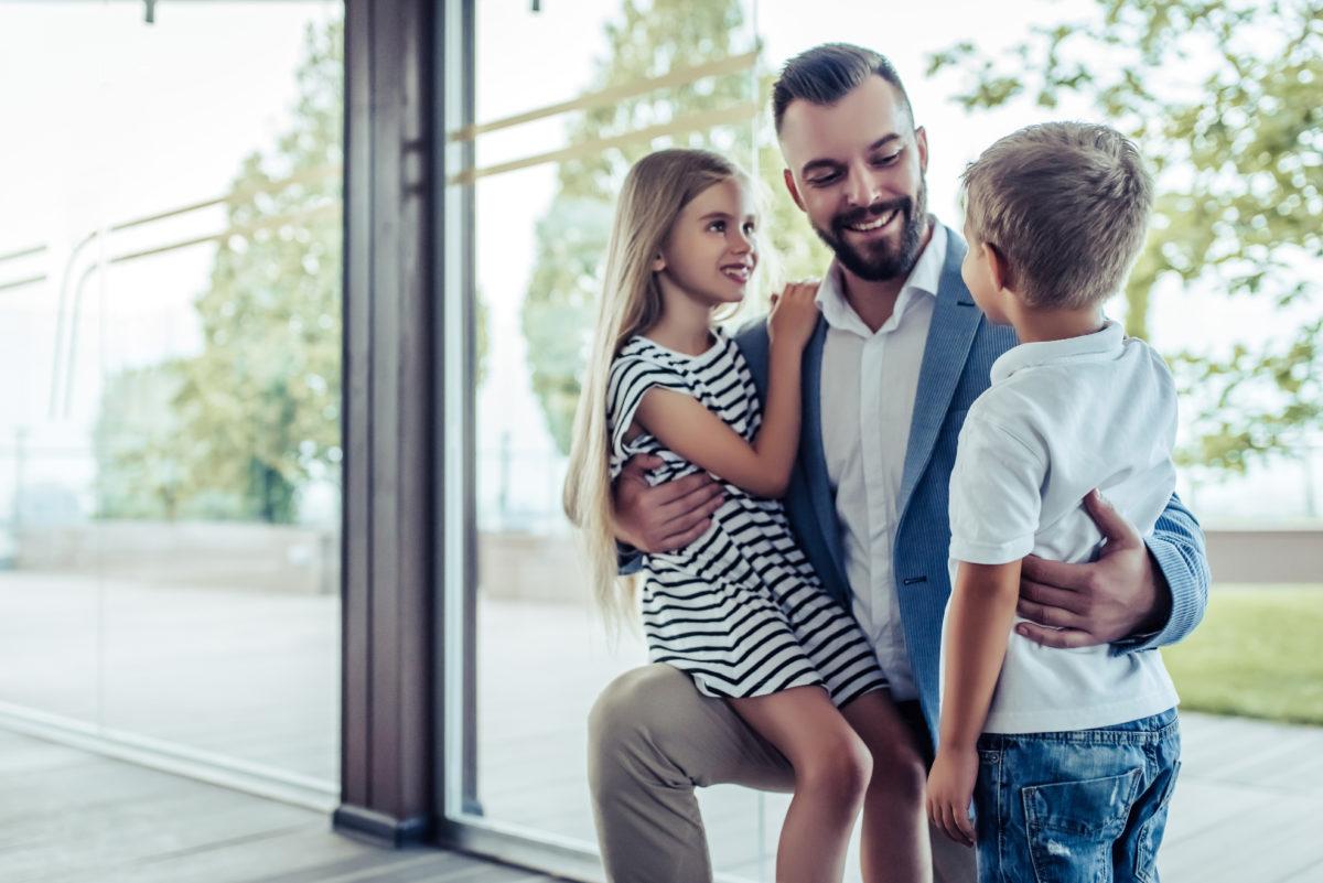 Vater begrüßt seine Kinder