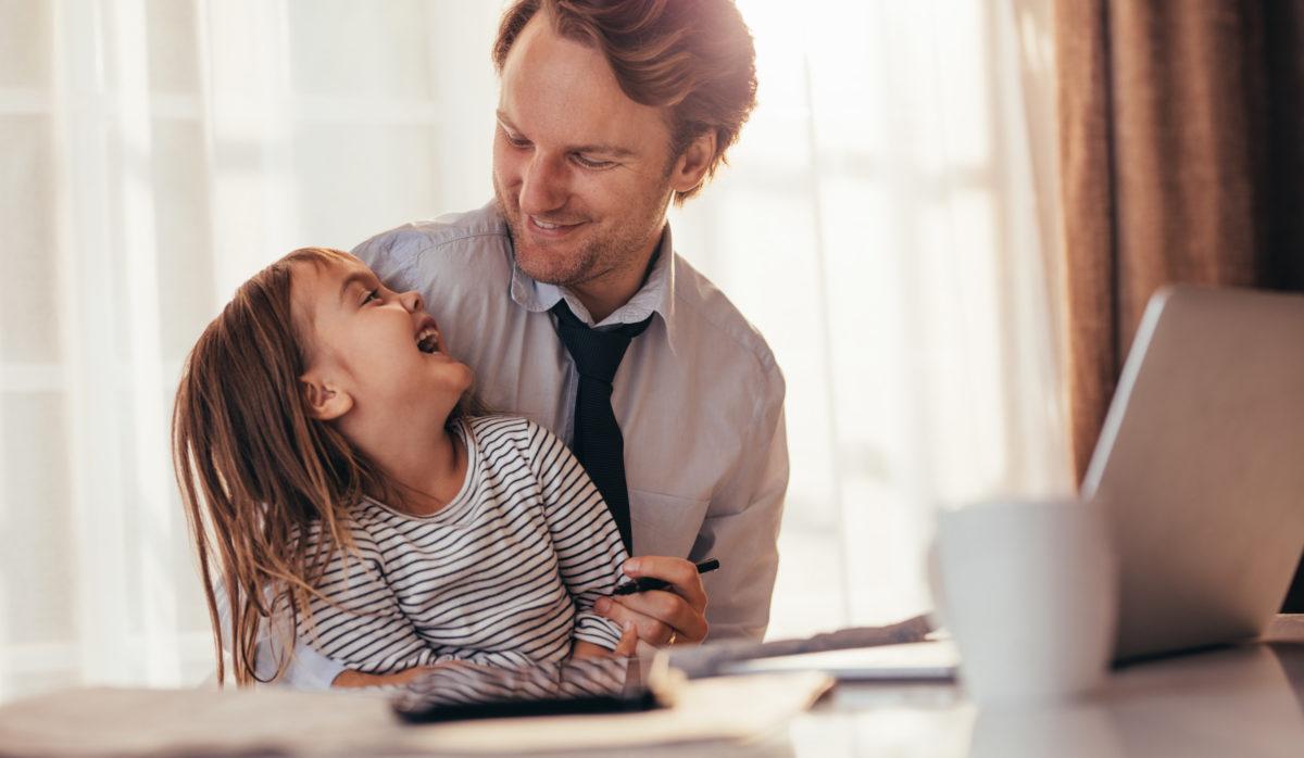 Vater mit Tochter vor Laptop