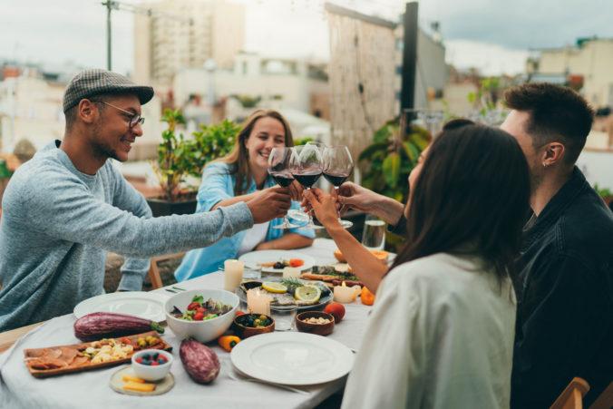 Freunde stoßen mit Wein an