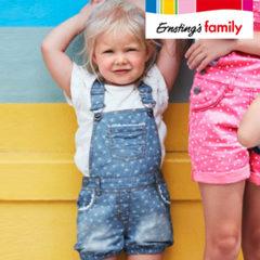 kleines Mädchen trägt Latzhose