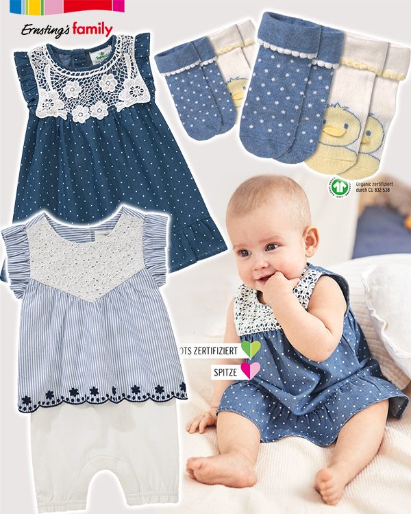 Baby in blauem Jeanskleid mit Punkten