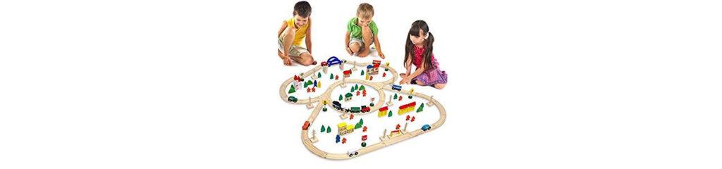 Kinder spielen mit einer Holzeisenbahn