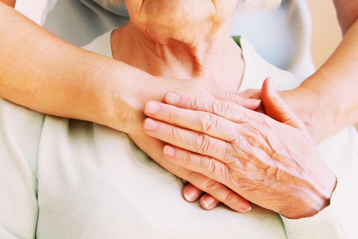 Ältere Frau wird umarmt