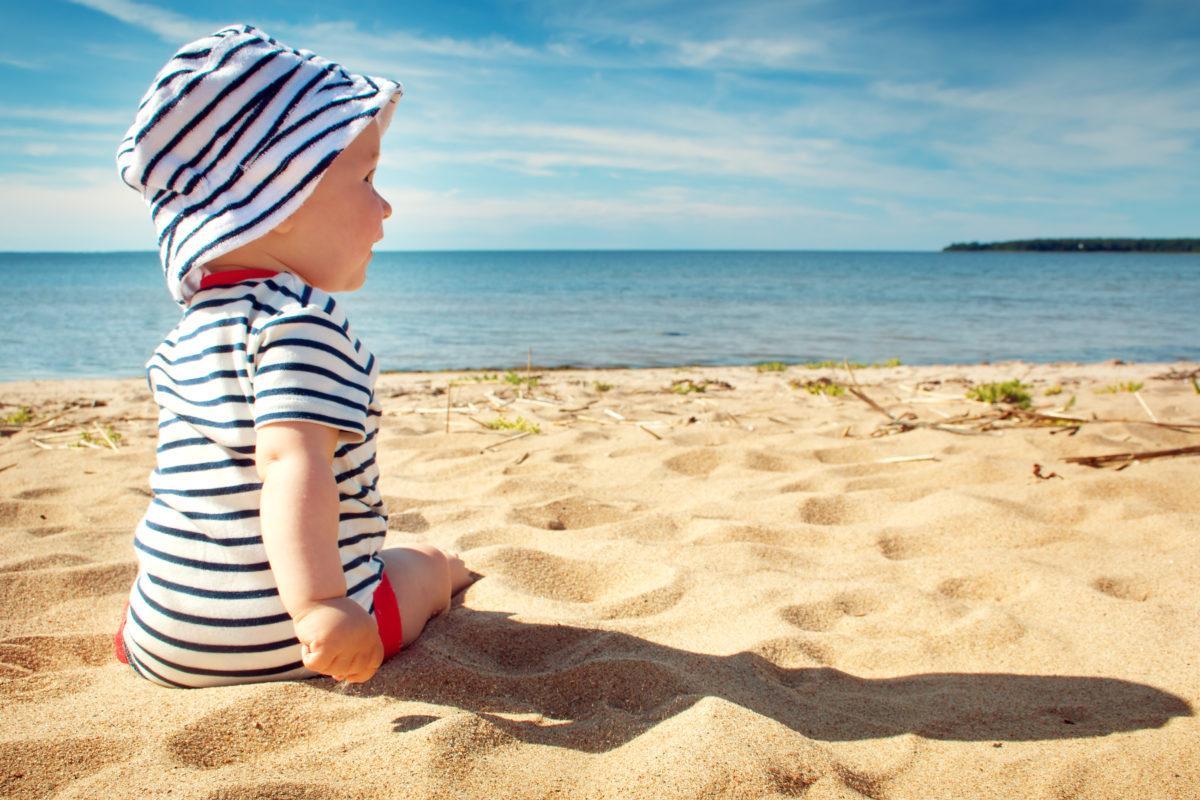 Kleiner Junge im Urlaub