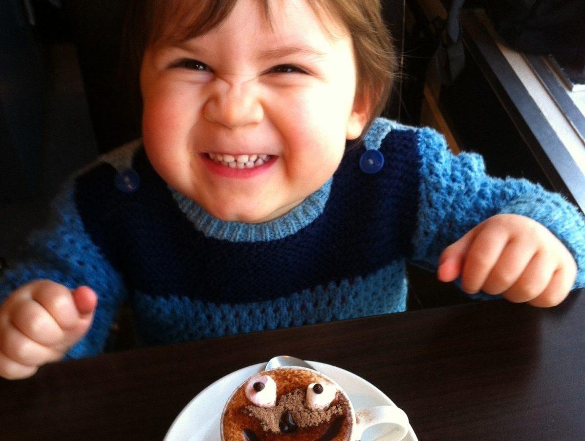 Kleiner Junge im Café