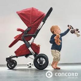Baby steht neben Kinderwagen