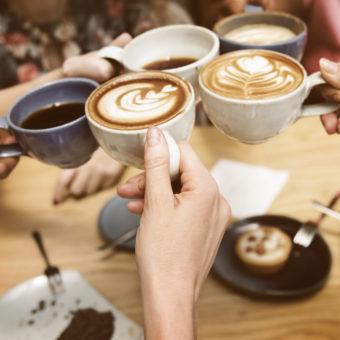 Erwachsene im Café