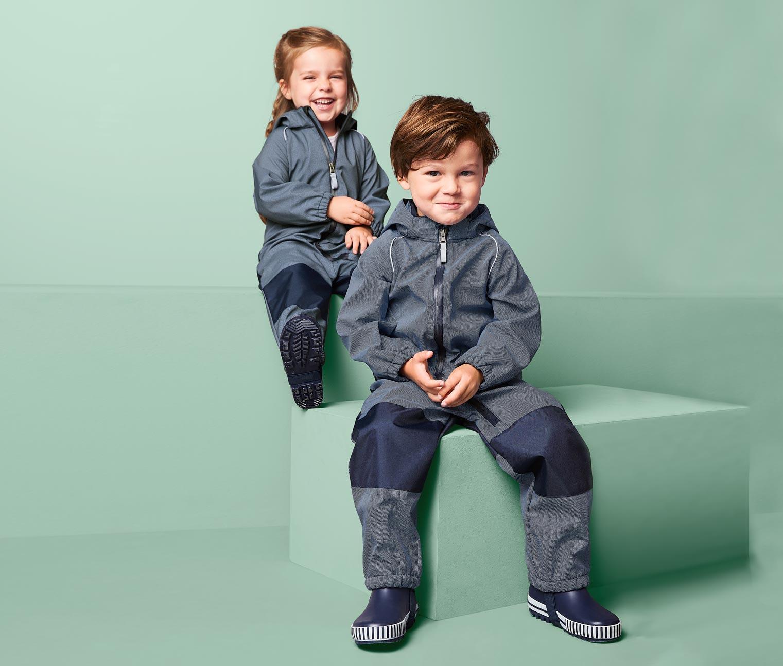 Kinder tragen Softshelloverall
